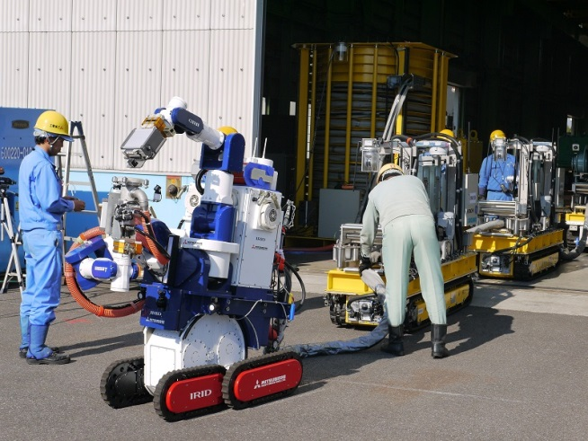 Text Box: Figure 4: Robots conçus par l'International Research Institute for Nuclear Decommissioning pour la décontamination des étages supérieurs d'un bâtiment de réacteur de la centrale nucléaire de Fukushima Daiichi